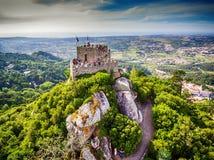Sintra Portugal: flyg- bästa sikt av slotten av hederna, Castelo DOS Mouros som lokaliseras bredvid Lissabon royaltyfri bild
