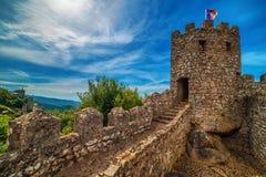 Sintra Portugal: slotten av hederna, Castelo DOS Mouros arkivbilder