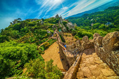 Sintra Portugal: slotten av hederna, Castelo DOS Mouros arkivfoto