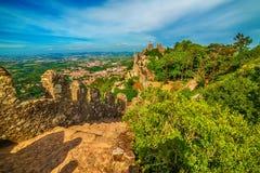 Sintra Portugal: slotten av hederna, Castelo DOS Mouros arkivbild