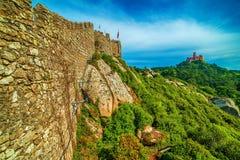 Sintra Portugal: slotten av hederna, Castelo DOS Mouros royaltyfria bilder