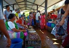 SIOLIM, GOA, INDIEN - CIRCA IM DEZEMBER 2013: Verkauf von Fischen und von seafo Stockfoto