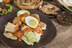 Siomay 传统印度尼西亚食物用花生调味汁 免版税库存图片
