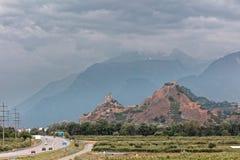 Sion, Valais, Szwajcaria - przybywająca burza nad Tourbillon kasztelem, château/De Tourbillon w rhÃ'ne dolinie zdjęcia royalty free