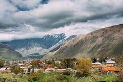 Sioni-Dorf auf Gebirgshintergrund in Kazbegi-Bezirk, Mtskhe Stockfotos