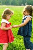 siostra dawać teraźniejszej siostry Zdjęcie Royalty Free