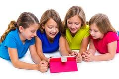 Siostra dzieciaka dziewczyny z techniki pastylki komputeru osobistego bawić się szczęśliwy Zdjęcia Royalty Free