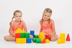 Siostry bawić się z blokami Obraz Royalty Free