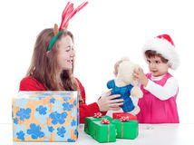 Siostry bawić się z boże narodzenie prezentami Zdjęcia Royalty Free