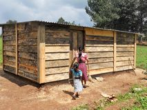 Siostry Chodzi w wiejskiego Środkowo-amerykański dom czyścić Obrazy Stock