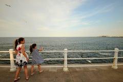 Siostry cieszy się Czarnego Dennego wybrzeże w Rumunia zdjęcie stock