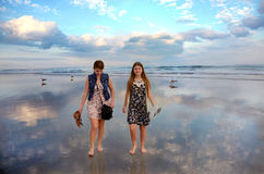 Siostry cieszy się czas na pięknej plaży Zdjęcia Royalty Free