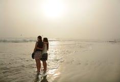 Siostry cieszy się czas wpólnie na pięknej mgłowej plaży Fotografia Stock