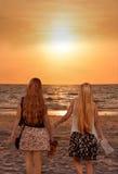 Siostry cieszy się czas wpólnie na pięknej mgłowej plaży Zdjęcie Stock