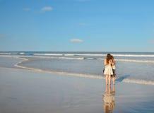 Siostry cieszy się czas wpólnie na pięknej plaży Fotografia Royalty Free