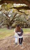 Siostry cieszy się czas wpólnie, one chodzi w parku Zdjęcie Stock