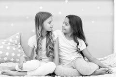 Siostry lub najlepszy przyjaciele wydaj? czas wp?lnie w sypialni Dziewczyny ma zabaw? wp?lnie Dziewcz?cy czas wolny Siostra przyj zdjęcie stock