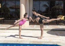 Siostry ma zabawę basenem na wakacje w Meksyk Obraz Royalty Free