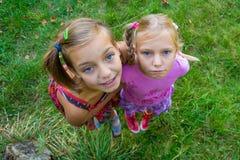 Siostry od above perspektywa strzału Zdjęcie Royalty Free