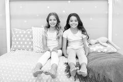 Siostry stare lub młody główny czynnik w rodzeństwach ma pozytywne emocje Korzyści ma siostry Dziewczyn siostry fotografia royalty free