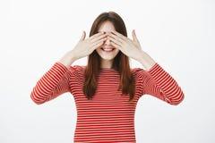 Siostrzana bawić się kryjówka aport z nastolatkami, zamykający oczy i liczenie - i - Radosna szczęśliwa młoda kobieta z brown wło Zdjęcia Royalty Free