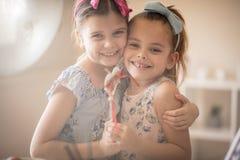 Siostrzana miłość jest pięknym rzeczą w świacie obraz stock