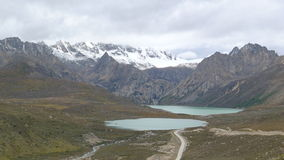 Siostrzani jeziora i śnieżna góra na Tybetańskim plateau, 4400 metrów nad poziom morza Fotografia Royalty Free