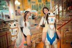 Siostrzani przyjaciele na carousel Obraz Royalty Free
