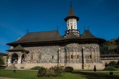 Siostrzany odprowadzenie obok Sucevita kościół Fotografia Stock