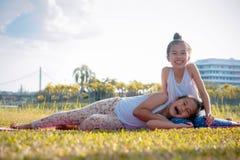 Siostrzany przyjaźni dwa dziewczyny ` s Szczęśliwy śmiech w jaskrawym czasie w p obrazy royalty free