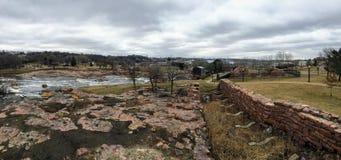 Sioux River grande fluye sobre rocas en Sioux Falls South Dakota con las opiniones la fauna, ruinas, trayectorias del parque, pue Foto de archivo libre de regalías