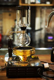 Siphon de café dans la conception d'article de décoration de fond de boutique Image stock