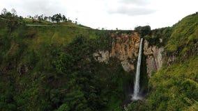 Sipisopiso vattenfall på den Tonging byn, norr Sumatra, Indonesien Royaltyfria Foton