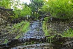 Sippra vattenfallskifferklippor royaltyfri bild