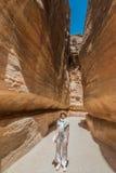 Siqbanan i nabatean stad av petra Jordanien Royaltyfri Fotografi