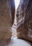 Siqen - naturlig smal passage till Petra jordan Arkivbild