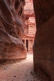 Siqen som upp till leder Trausuryen i Petra, Jordanien Royaltyfri Foto
