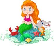 Sirène heureuse de bande dessinée petite se reposant sur la roche Image libre de droits