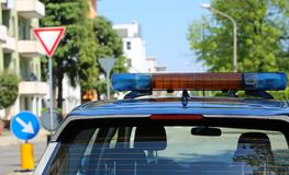 Sirènes d'une voiture de police patrouillant un événement Photo stock