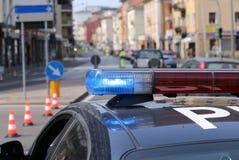 Sirènes de la voiture de police au point de contrôle dans la métropole Image stock