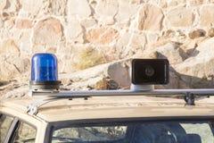 Sirènes et lumières d'une vieille voiture de police Photographie stock libre de droits