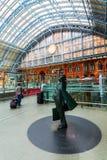 Sir Betjeman Statue på den St Pancras stationen Fotografering för Bildbyråer