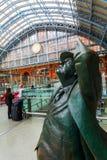 Sir Betjeman Statue på den St Pancras stationen Royaltyfri Fotografi
