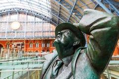 Sir Betjeman Statue på den St Pancras stationen Arkivbild