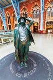 Sir Betjeman Statue på den St Pancras stationen Royaltyfri Bild