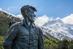 Sir Edmund Hillary Statue som ser in mot monteringskockmaximumet, Nya Zeeland Arkivbilder