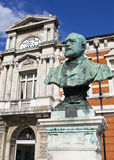 Sir Henry Tate staty utanför Tate Public Library i Brixton Arkivbild