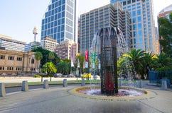 Sir Leslie Morshead Memorial Fountain A serie av högväxta 36, vertikala mässingsrör som upptill blåsas flöjt från vilket vatten a Arkivfoto
