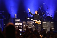 Sir Paul McCartney realiza en el escenario en Olimpiyskiy Fotos de archivo