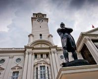 Sir Stamford Raffles la estatua y el teatro de Victoria Fotografía de archivo